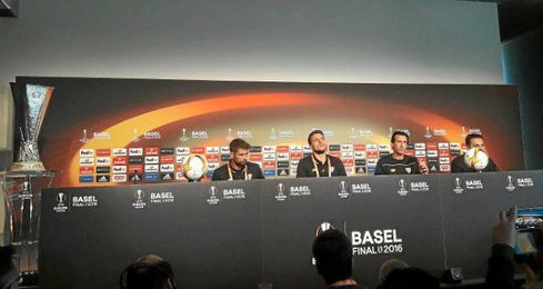 Emery, junto a Coke y Carriço, en sala de prensa.