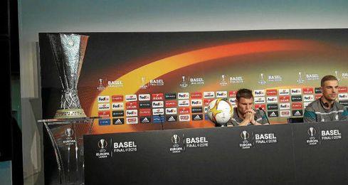Milner y Henderson, en la sala de prensa, junto al trofeo de la Europa League.