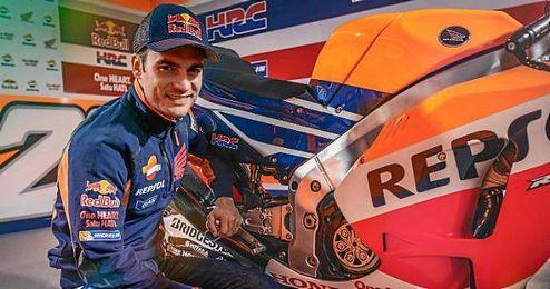 Dani Pedrosa posando junto a su moto.