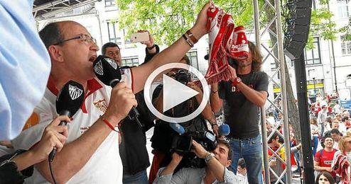 El presidente del Sevilla en la Fan Zone de Basilea.