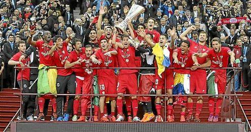 El Sevilla festeja la Europa League del año pasado.
