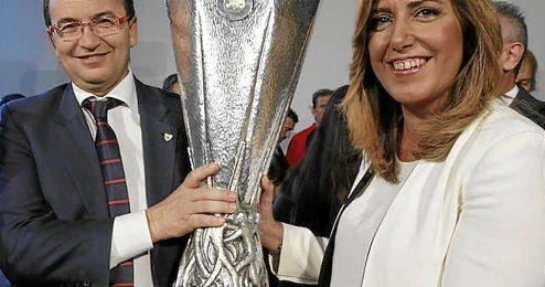 Susana Díaz posando con la Europa League junto a José Castro.