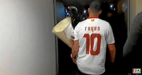 Reyes sale a la zona de aficionados que esperaban en el aeropuerto sevillano.