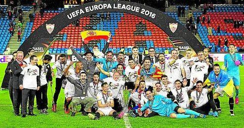 Los jugadores del Sevilla celebran el título sobre el césped.