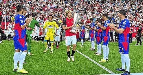 Pasillo del Elche al Sevilla tras lograr la Europa League en Turín.