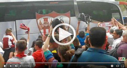 Captura del vídeo del recibimiento al Sevilla en Madrid.