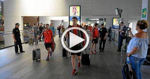 Caras serias en la llegada del equipo a Sevilla.