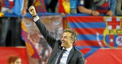 El preparador del Barcelona levanta el pu�o en se�al de victoria.