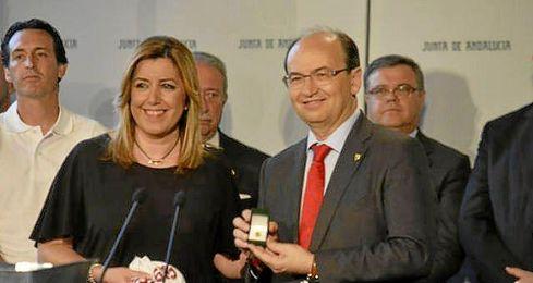 José Castro entrega un obsequio a Susana Díaz.