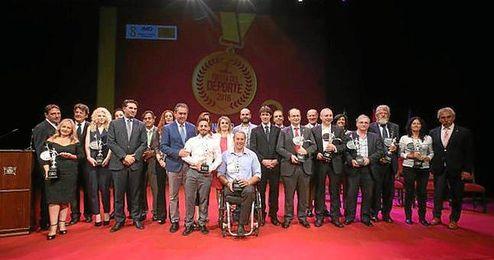 Foto de familia de todos los premiados en la Fiesta del Deporte 2016.