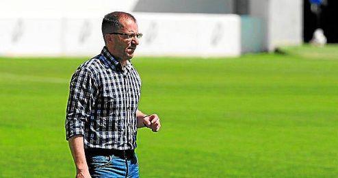 José Juan Romero, entrenador del Betis B, observando a sus jugadores durante el duelo ante el Villanovense.