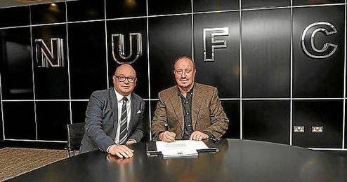 Rafa Benítez sellando su renovación hasta 2019.