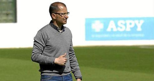 José Juan Romero, entrenador del Betis B, durante un partido con el filial