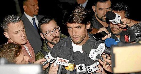 Kaká, atendiendo a los medios a su llegada a la concentración.