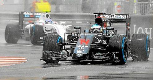 Alonso, rodando sobre el mojado trazado monegasco.