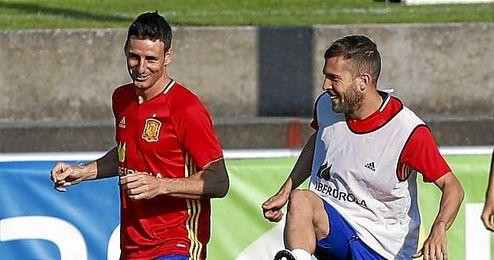 Aduriz, en un entrenamiento de la selección junto a Alba.