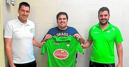 Domingo López posando con la camiseta del Pedrera.