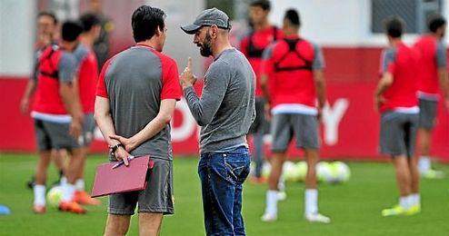 Unai Emery y Monchi, dialogando durante un entrenamiento.