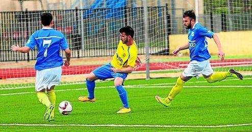 Baraja controla el balón en un partido.
