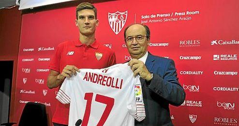 Andreolli, cuando fue presentado como nuevo jugador sevillista.
