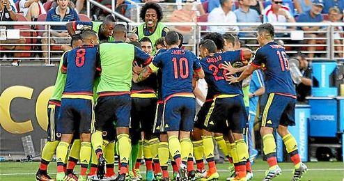 Los jugadores de Colombia celebran en gol de James.