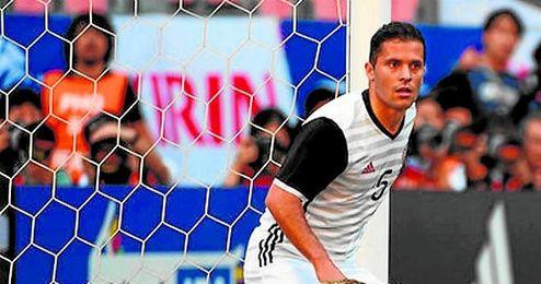 El meta Kasper Schmeichel bloca el balón en presencia de Riza Durmisi durante el Bosnia-Dinamarca de ayer.
