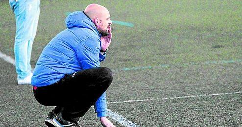 Sergio Moguer, entrenador de La Liara, pendiente de la evoluci�n de su equipo en un encuentro.