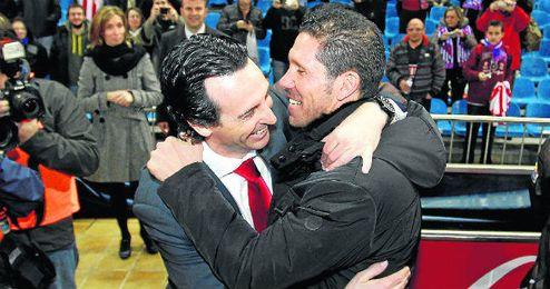 Unai Emery abraza al Cholo Simeone.