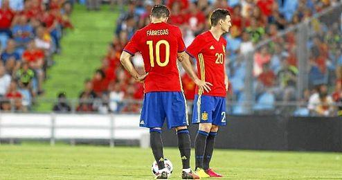 Cesc y Aduriz, cabizbajos tras encajar el gol.
