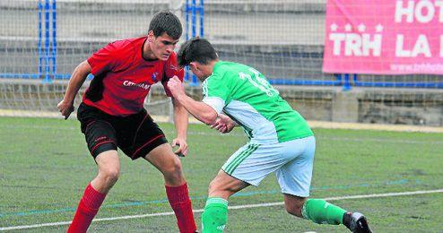 José Garrido presiona a un rival del Betis.