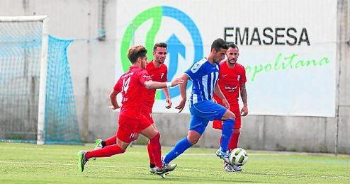 Paquito, con el dorsal 14, presiona a Campos, en un lance del Estrella San Agust�n y el Antoniano.
