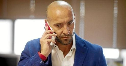 Monchi atiende una llamada de tel�fono durante una entrevista a ESTADIO.