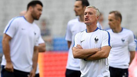 El seleccionador de Francia, Deschamps, arenga a sus hombres en un entrenamiento.