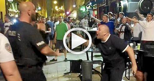 """Un ultra """"hooligan"""" se encara con la policía."""