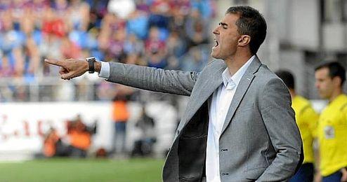 Garitano da indicaciones desde el área técnica durante un partido con el Leganés.