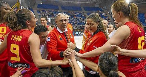 El técnico Lucas Mondelo, en un tiempo muerto con la selección.