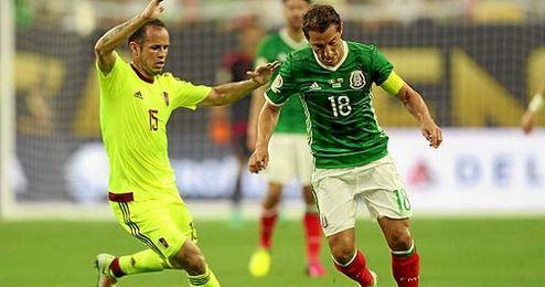Andrés Guardado intenta evadir la marca de Alejandro Guerra.