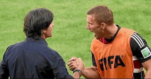 Podolski y L�w, en un partido.