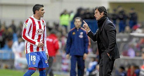 Quique dialoga con Reyes durante un partido del Atlético de Madrid en la 10/11.