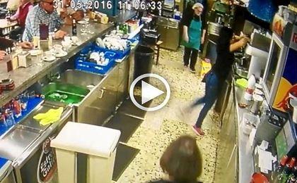 El taconazo improvisado de una camarera se vuelve viral