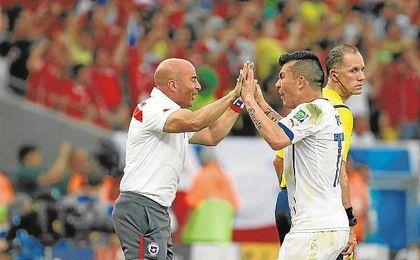 Sampaoli y Gary Medel, celebrando un tanto con la selección de Chile.