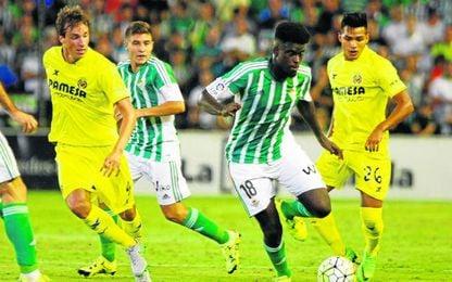 Molina y Portillo observan cómo N´Diaye se lleva el balón ante Pina y Nahuel en el último Betis-Villarreal.