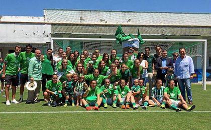 Foto de familia tras el ascenso con el presidente del club y varios consejeros.