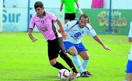 Carlos Alberto, arriba encimando a un futbolista del San Fernando, tendrá que abandonar el equipo albiazul por lesión.