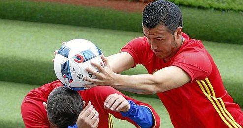 Pedro bromea con Jordi Alba.