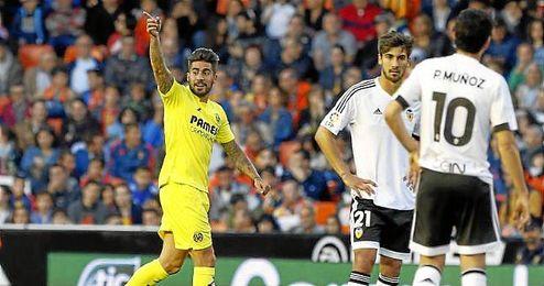 Samu García celebra un gol con el Valencia.