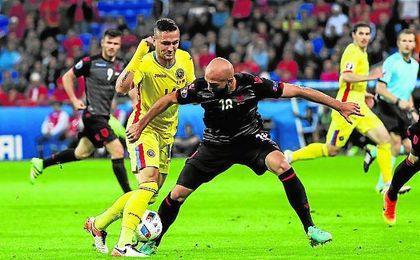 El albanés Ajeti corta el avance de Andone, que alargó su curso para jugar con Rumanía en la Euro.