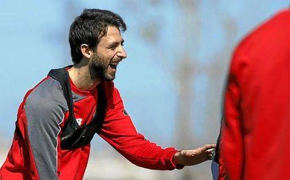 Nico Pareja se muestra sonriente en un entrenamiento del Sevilla.