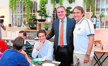 El presidente del C.B. Sevilla, Fernando Moral, y el técnico Luis Casimiro, durante el desayuno con la prensa.