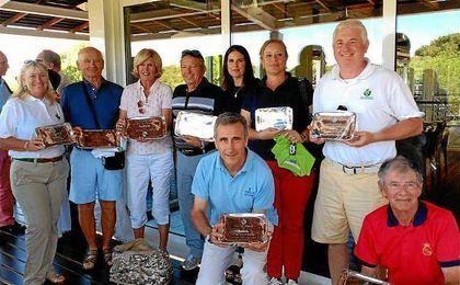 Los campeones en Nuevo Portil posando con los trofeos.